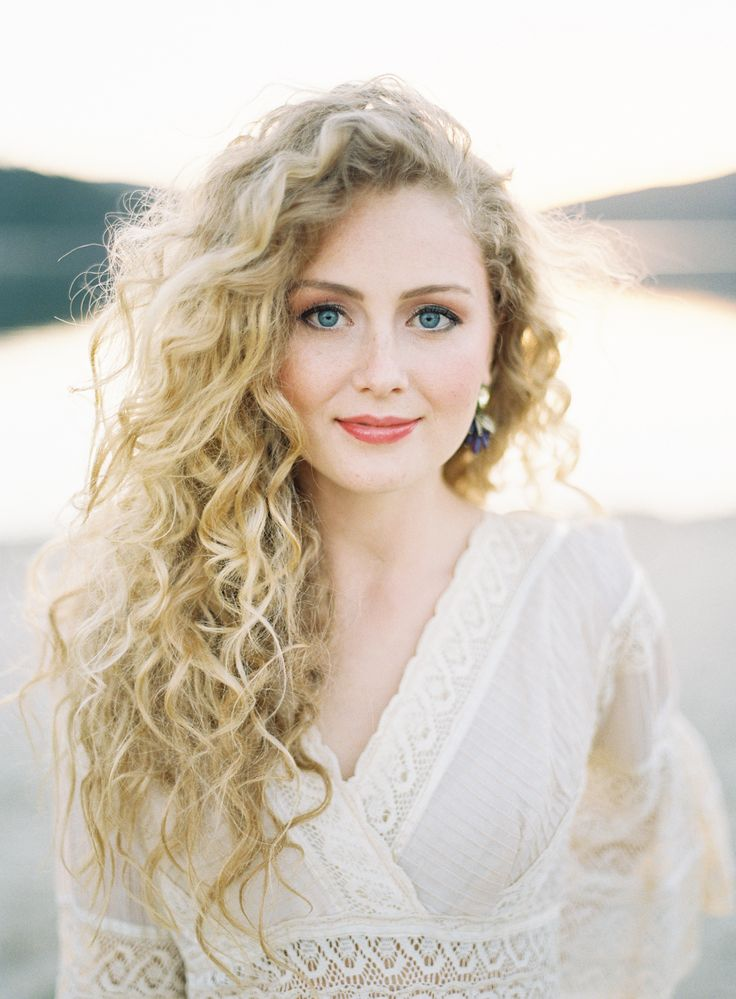 26 Modern Curly Hairstyles That Will Slay On Your Wedding