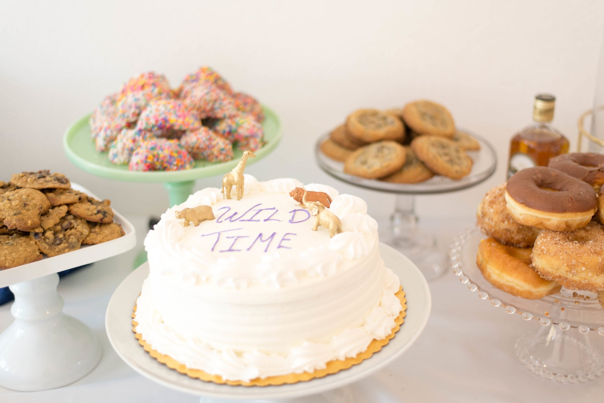 Photo of a cake surrounded by cookies