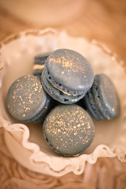 Macarons in winter wedding colors: Grey dotted with gold metallic food glitter