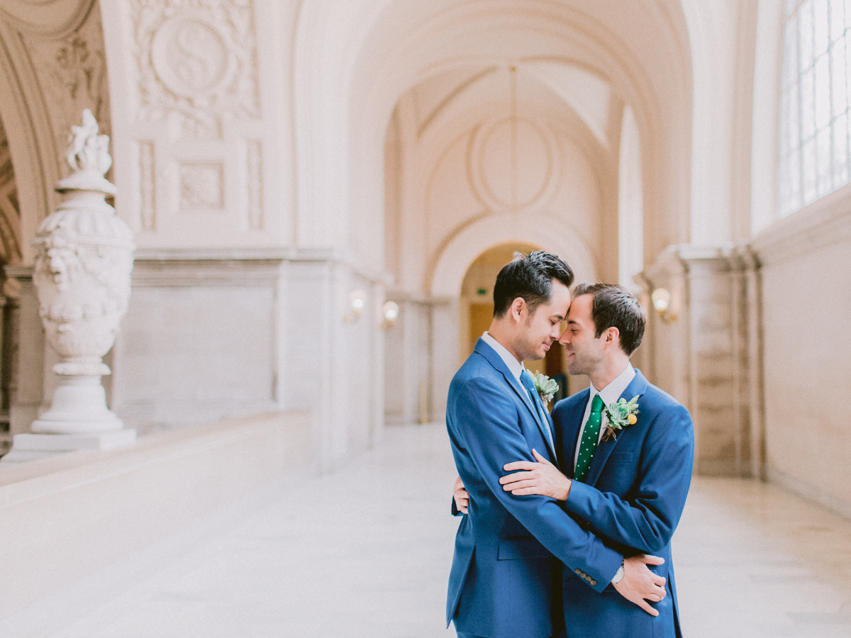 Two men embrace in San Francisco City Hall - Apollo Fotografie
