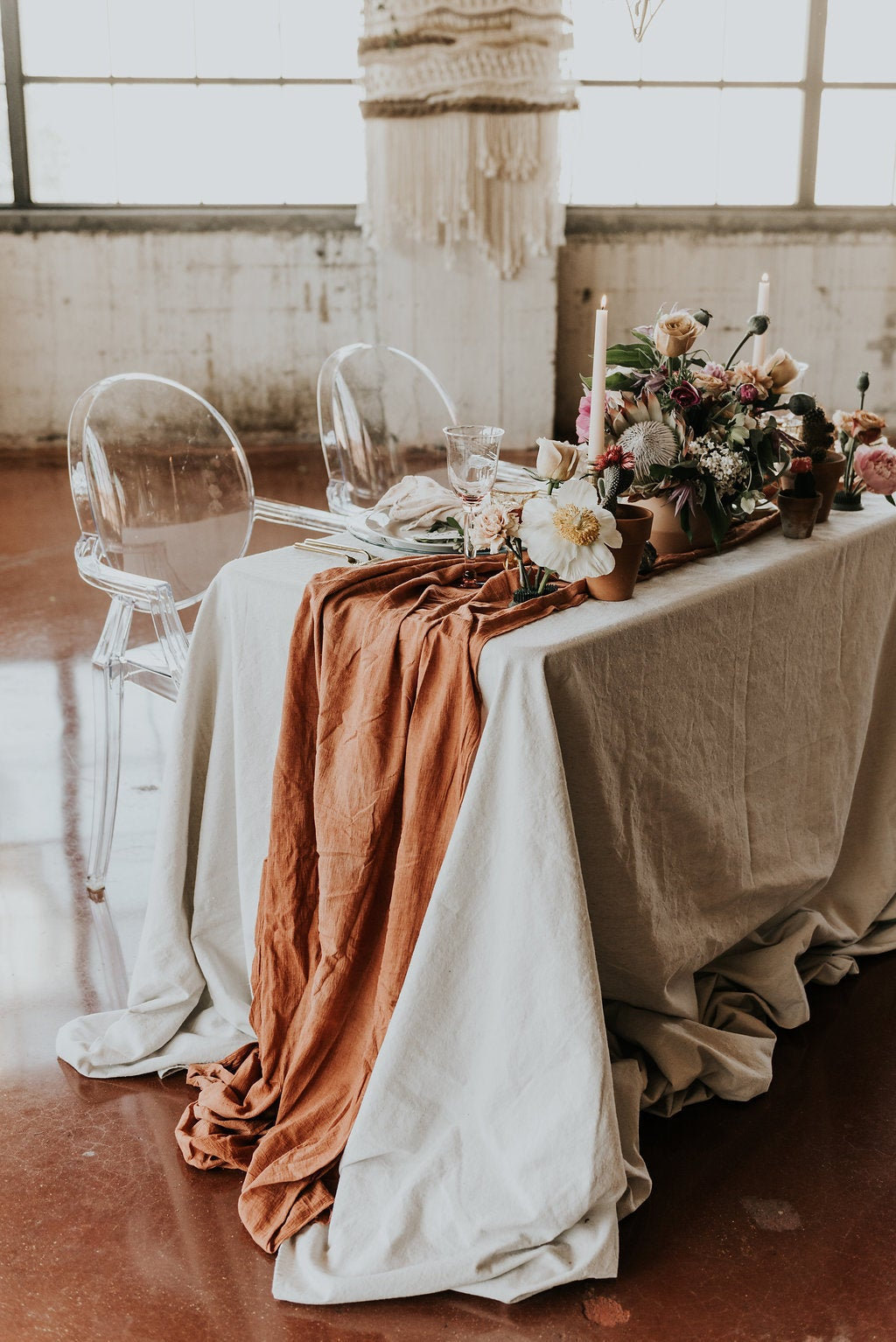 A sweetheart table decorated with fall wedding colors